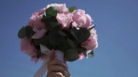 Brud- bukett med rosa blommor stock video