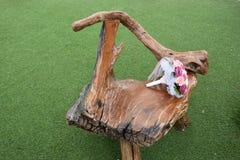 Brud- bukett på en trästol på gräset Royaltyfri Fotografi