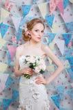 Brud Den unga modemodellen med smink, lockigt hår, blommar i hår Brudmode foto för smycken för konstskönhetmode Kvinna i den vita royaltyfria bilder