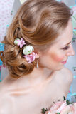 Brud Den unga modemodellen med smink, lockigt hår, blommar i hår Brudmode foto för smycken för konstskönhetmode Kvinna i den vita royaltyfri foto