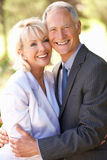 brud- för par ståendepensionär utomhus Royaltyfria Bilder