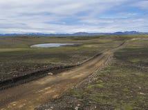 Brud halna droga w zaniechanym zieleń krajobrazie przy natury reserv zdjęcie stock