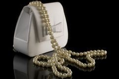 Brud- handväska och en bunt av pärlor Royaltyfri Bild