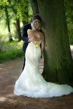 brud- hemligt kyssa för par Arkivfoto