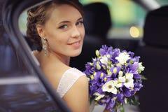 Brud i bröllopbil royaltyfri bild