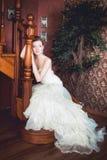 Brud i bröllopsklänning och trappuppgång Arkivbild