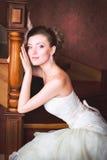 Brud i bröllopsklänning och trappuppgång Fotografering för Bildbyråer