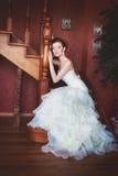 Brud i bröllopsklänning och trappuppgång Arkivbilder