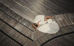 Brud i bröllopsklänningspring och hagyckel på den tropiska ön av Maldiverna Royaltyfri Fotografi