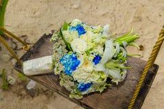 Brud i den vita klänningen Brudens bukett på en tropisk strand Fotografering för Bildbyråer
