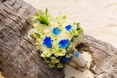 Brud i den vita klänningen Brudens bukett på en tropisk strand Royaltyfria Foton