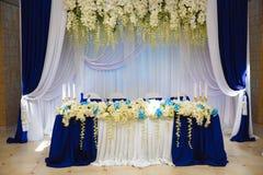 Brud i den vita klänningen Garneringen av banketten Hall Tabellnygifta personer royaltyfri fotografi
