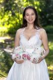 Brud i den vita klänningen i parkera Arkivbilder