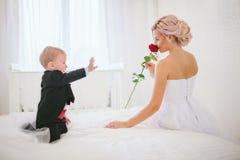 Brud i den vita klänningen och hennes son Royaltyfri Bild