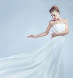 Brud i det vita klänningflyget royaltyfri foto