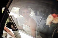 Brud i limousine Royaltyfri Fotografi
