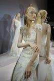 Brud- klänningar på skyltdockorna ses på ett rostat bröd till Tony Ward: En special brud- samling Arkivbild