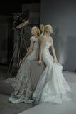 Brud- klänningar på skyltdockorna ses på ett rostat bröd till Tony Ward: En special brud- samling Royaltyfri Foto