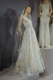 Brud- klänningar på skyltdockorna ses på ett rostat bröd till Tony Ward: En special brud- samling Fotografering för Bildbyråer