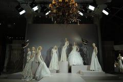Brud- klänningar på skyltdockorna ses på ett rostat bröd till Tony Ward: En special brud- samling Royaltyfria Foton