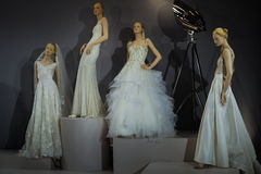 Brud- klänningar på skyltdockorna ses på ett rostat bröd till Tony Ward: En special brud- samling Arkivfoto
