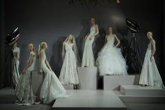 Brud- klänningar på skyltdockorna ses på ett rostat bröd till Tony Ward: En special brud- samling Arkivfoton