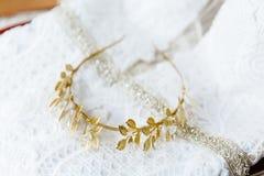 Brud- krona på den brud- vita klänningen gifta sig vit kvinna för blont brud- för klänningmodemodell paraply för stil Arkivfoton