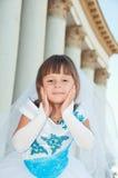 brud little En flicka i en frodig vit- och blåttbröllopsklänning och Arkivbilder