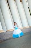 brud little En flicka i en frodig vit- och blåttbröllopsklänning och Royaltyfri Bild