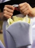 Brud med blomman i handväska Arkivfoton