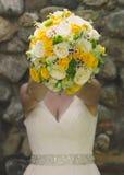 Brud med blommor Arkivbild