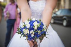 Brud med blommor Royaltyfri Fotografi