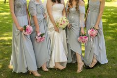 Brud med blommor och hembiträden Royaltyfri Fotografi
