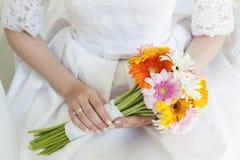 Brud med bröllopfärgbuketten Arkivbild