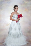 Brud med bröllopsklänningen Royaltyfria Bilder