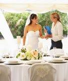 Brud med bröllopstadsplaneraren In Marquee Royaltyfri Foto