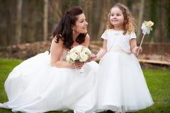 Brud med brudtärnan på bröllopdag Royaltyfri Fotografi
