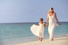 Brud med brudtärnan på härligt strandbröllop Royaltyfri Foto