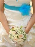 Brud med buketten av blomman Royaltyfri Foto