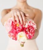 Brud med buketten av blommor och vigselringen Fotografering för Bildbyråer