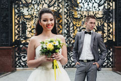 Brud med buketten och brudgum på bakgrunden Royaltyfri Bild
