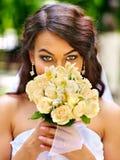 Brud med den utomhus- blomman Royaltyfri Foto