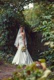Brud med en bukett i handen Royaltyfria Foton