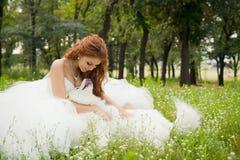 Brud med en Samoyed Royaltyfri Foto