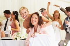 Brud med farmodern på bröllopmottagandet arkivfoto