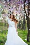 Brud med hennes hår i en vårträdgård Royaltyfri Fotografi