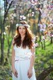 Brud med hennes hår i en vårträdgård royaltyfri bild