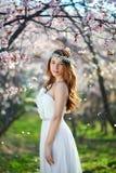 Brud med hennes hår i en vårträdgård arkivfoton