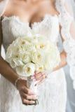 Brud med vita Rose Wedding Bouquet Arkivbilder