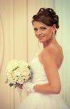 Brud med vita rosor Royaltyfria Bilder